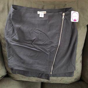✨BOGO FREE✨Cute zip up mini skirt size medium!
